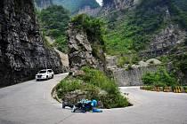 Francouzský odvážlivec sjel horu v Číně po břiše - na kolečkách.