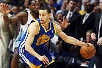 Stephen Curry z Golden State je těsně bráněn denverským Kennethem Fariedem.