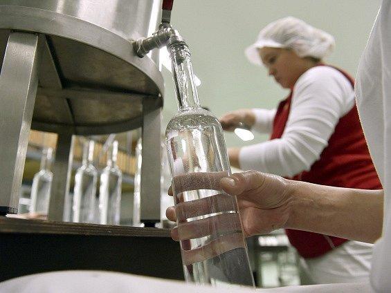 Vizovická likérka Rudolf Jelínek začala stáčet speciální řadu jednoodrůdové slivovice (na snímku z 19. února), která byla vyrobena ze švestek z vlastních sadů. Odrůdu vybíral Spolek přátel Jelínkovy slivovice.
