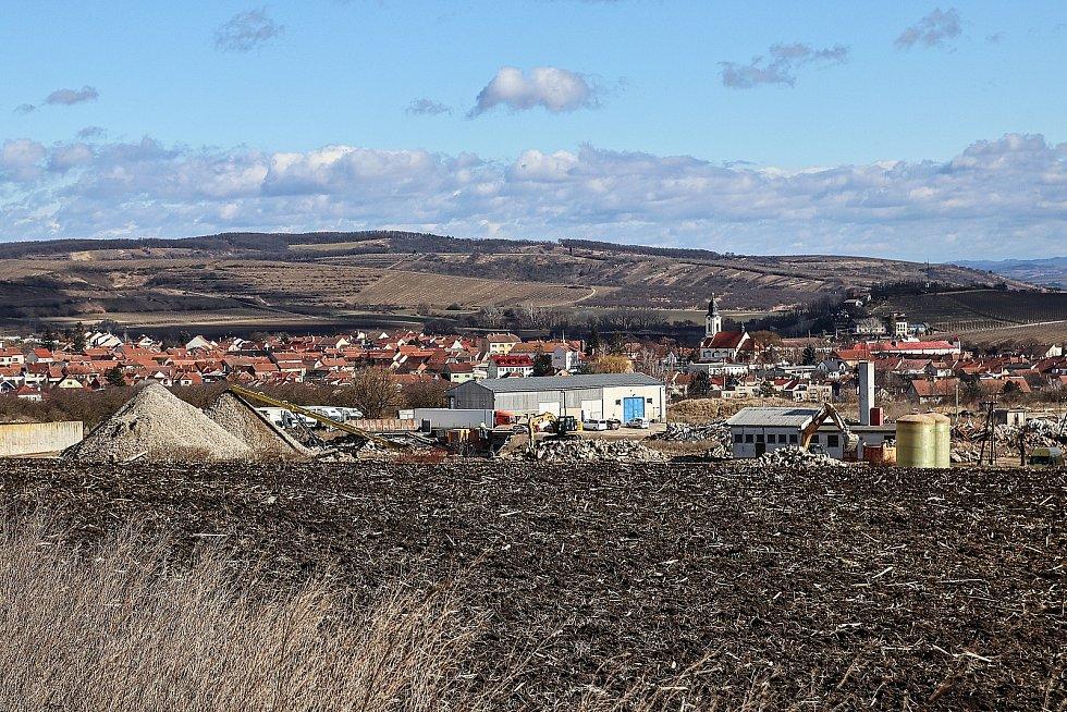 Pyramidy drcených cihel a suti se tyčí nad vinařským městečkem Velké Pavlovice na Břeclavsku. Budovy v areálu bývalého zemědělského družstva šly k zemi. Na jejich místě vyroste zcela nová čtvrť pro zhruba pět set obyvatel.