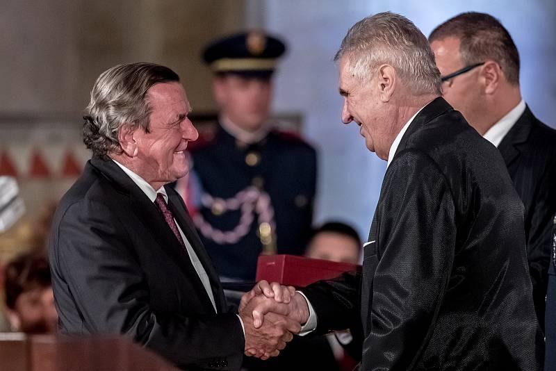 Prezident Miloš Zeman na státní svátek 28. října předával státní vyznamenání ve Vladislavském sále Pražského hradu. Gerhard Schroeder