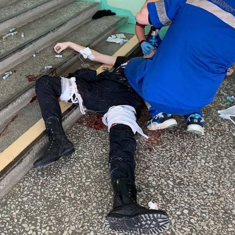 Zdravotníci ošetřují střelce z univerzity v ruském Permu