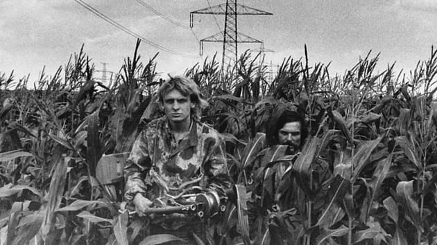Robert Ospald (vpravo) a Zdeněk Pohl v kukuřičném poli u hranic.