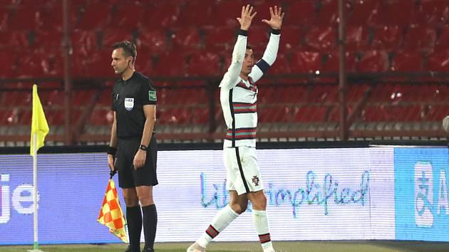 Portugalský fotbalista Cristiano Ronaldo při kvalikačním utkání na MS se Srbskem v Bělehradě