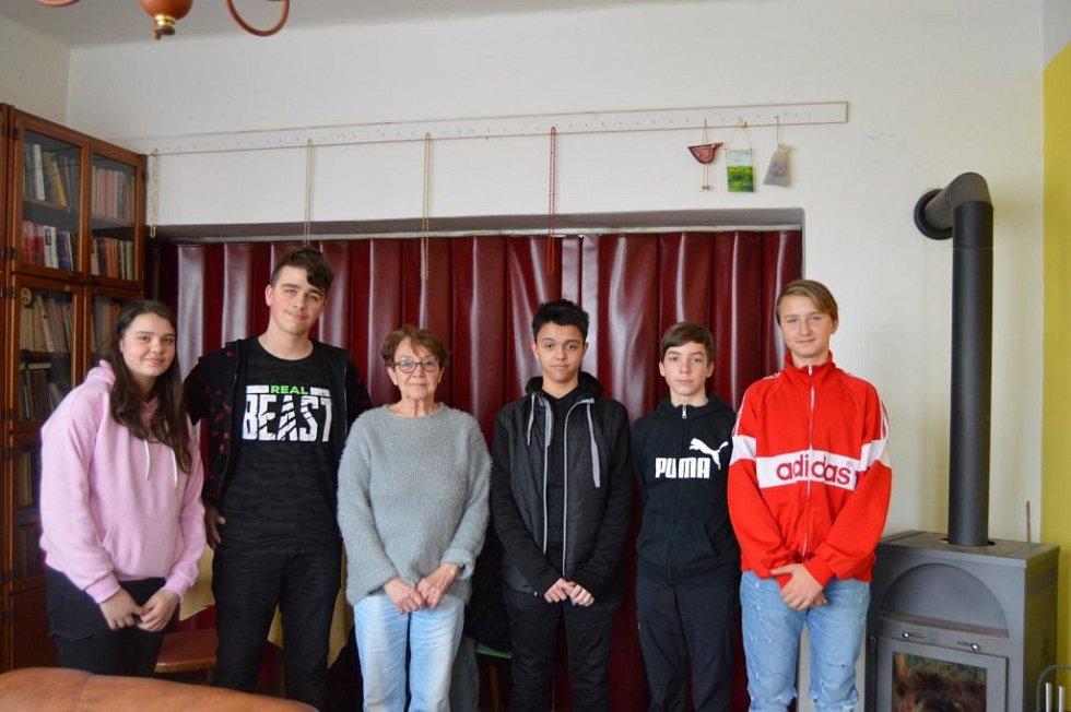 Žáci s paní Ottovou