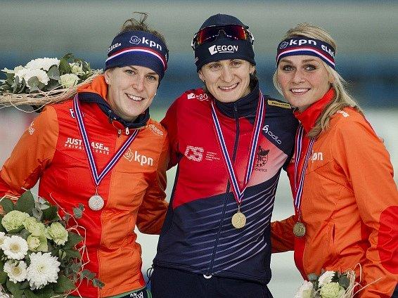 Martina Sáblíková (uprostřed) se zlatou medailí ze Stavangeru. Příště už dostane větší trofej za celkový triumf