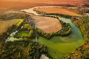 Západ slunce nad přehradou Českého údolí v Plzni-Liticích
