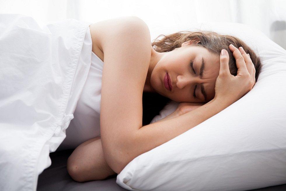Spánkový dluh se hromadí a podle odborníků se delším spánkem o víkendu moc smazat nedá.