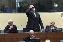 Slobodan Praljak u soudu v Haaagu pije jed