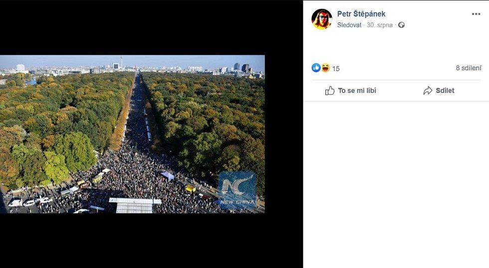 Fotografie berlínského náměstí s Vítězným sloupem zaplněného lidmi nebyla z letošního konce srpna, ale bezmála o dva roky starší