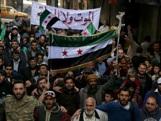 Dav lidí kráčí ulicemi Aleppa.