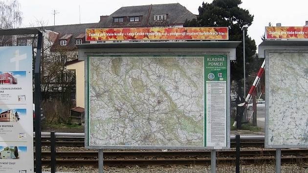 Turisté mají problémy s umisťováním map na nádraží nebo k nim, na drahách za nich chtějí peníze. Starších map na pozemcích SŽ nebo ČD se to zatím netýká a cestující si je mohou užít.