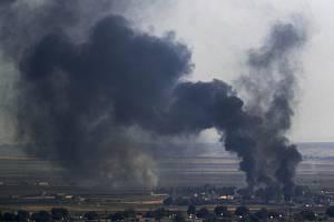 Hustý kouř stoupá k nebi během bojů v syrském pohraničním městě Rás al-Ajn na snímku ze 17. října 2019
