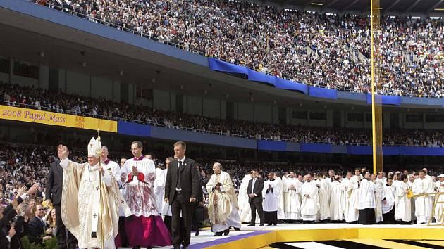 Na stadionu Yankees v New Yorku vítaly papeže ochozy s 57 000 tisíci věřících.