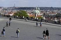 Uvolnění vládních opatření kvůli pandemii koronaviru vylákalo 26. dubna 2020 množství lidí k procházce po Hradčanském náměstí v Praze.