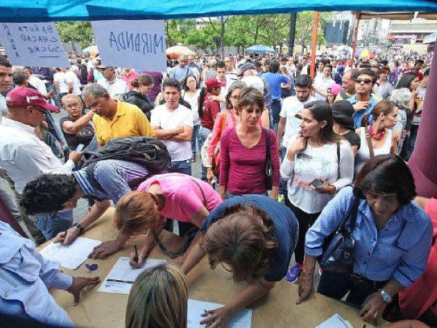 Ve Venezuele začali sbírat podpisy pro referendum o odvolání prezidenta Nicoláse Madura.