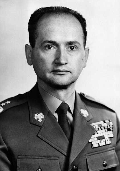 Polský premiér Wojciech Jaruzelski se nakonec rozhodl vyřešit mocenský střet násilím. V prosinci 1981 vyhlásil v Polsku válečný stav a stanné právo