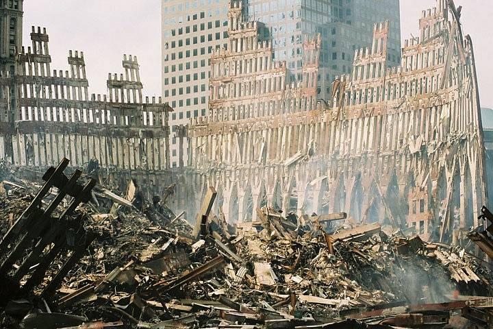 Pozůstatky jižní věže Světového obchodního centra, poté, co se 11. září 2001 zřítila po teroristickém útoku.