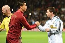 Cristiano Ronaldo (vlevo) s Lionelem Messim už Zlatý míč mají, německý brankář Manuel Neuer ještě ne.