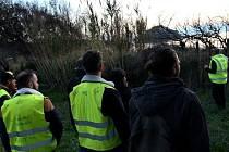 Členové hnutí žlutých vest s pevností Brégançon v pozadí