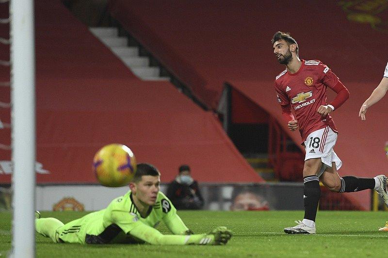 STŘELEC MANCHESTERU. Bruno Fernandes se na výhře 9:0 nad Southamptonem podílel jednou brankou z penalty. Takto překonal nedávno brankáře Leedsu Illana Mesliera.