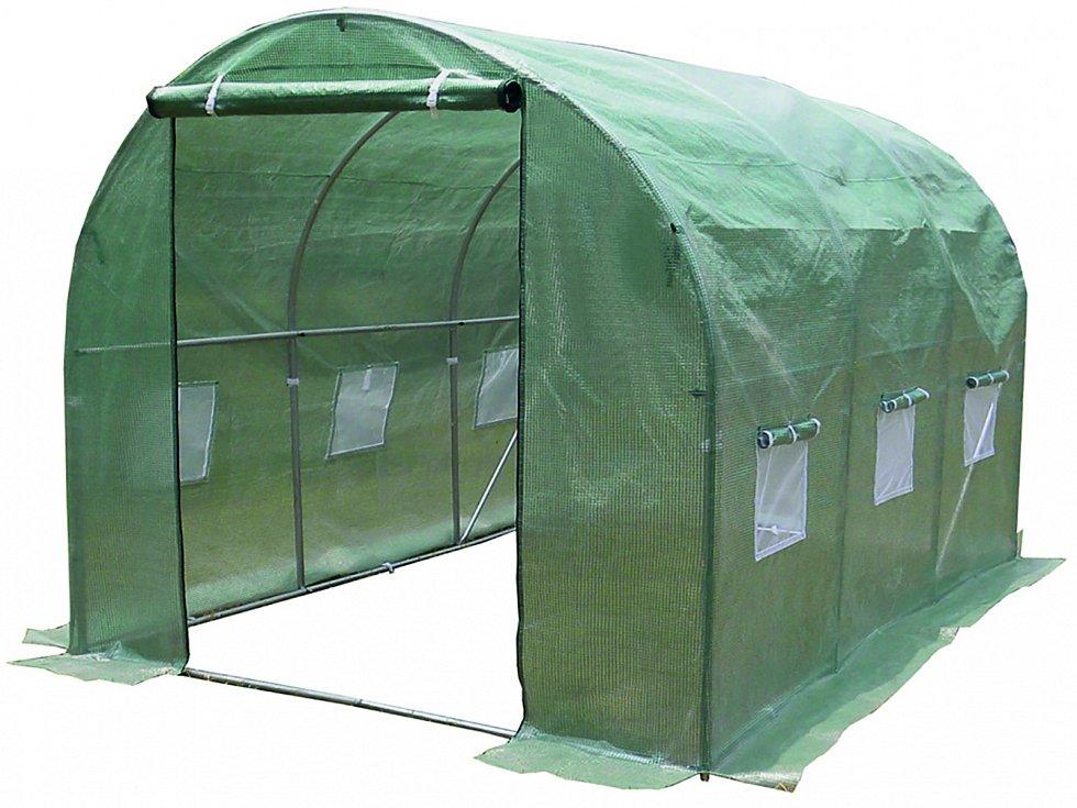 Zdatným pomocníkem při pěstování zeleniny je také fóliovník. Jeho výhodou je, že nevyžaduje budování pevných základů a snadno ho přemístíte, kam zrovna potřebujete.