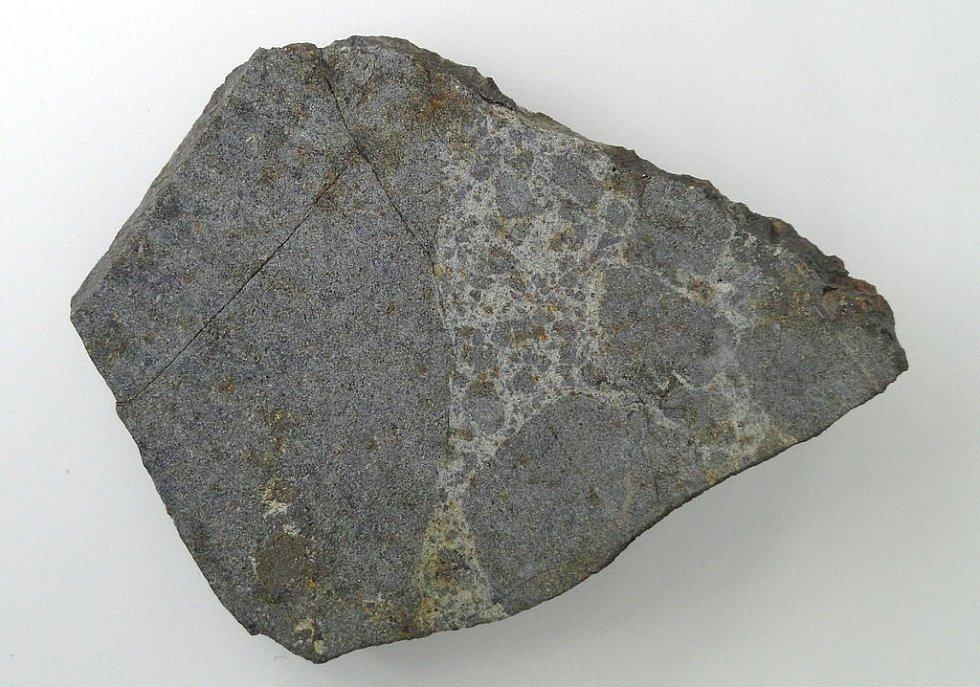Úlomek z ensisheimského meteoritu při výstavě ve Freiburském přírodním muzeu v Bádensku-Württembersku