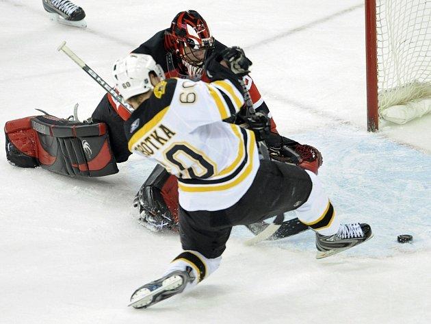 Český útočník Bostonu Vladimír Sobotka se marně pokouší dostat puk fotbalovým způsobem do branky Scotta Clemmensena z New Jersey. I zápas nakonec skončil fotbalově - Devils vyhráli nad Bruins 1:0.