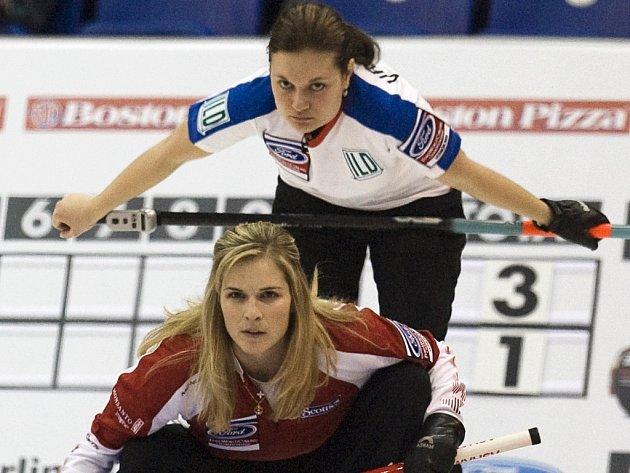 Česká skiperka Kateřina Urbanová (nahoře) sleduje hru společně s kanadskou soupeřkou Jennifer Jonesovou.