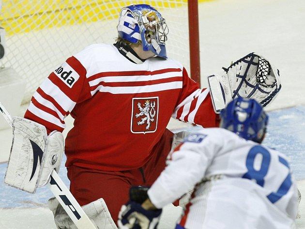 Marek Pinc inkasuje od italských hokejistů druhý gól.