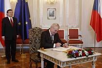 Prezident Miloš Zeman přivítal 3. dubna na Pražském hradě předsedu Evropské komise Jose Manuela Barrosa. Společně vyvěsili na Hradě vlajku EU a Zeman poté podepsal dodatek eurovalu.