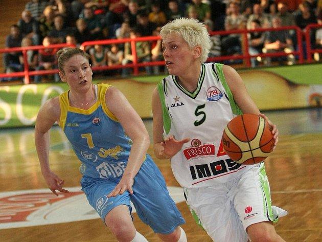 Basketbalistka USK Whalenová (vlevo) a Škerovičová z Brna.