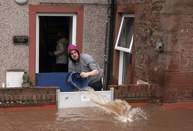 Bouře Ciara v Británii doprovází déšť, který zvedl hladiny řek.