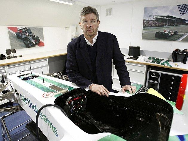 Šéf stáje Honda Ross Brawn pózuje v továrně týmu F1 v britském Brackley. Honda se svého týmu vzdala a hledá kupce.