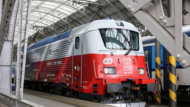 Lokomotiva 380 ve speciálním polepu připomínající 100 let založení republiky.