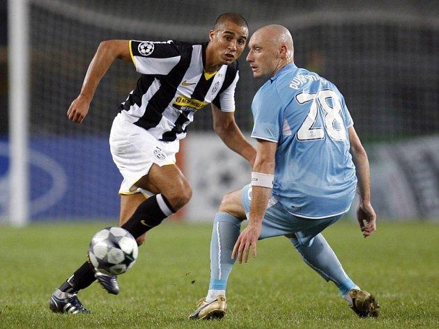 David Trezeguet z Juventusu (vlevo) a Sebastien Puygrenier ze Zenitu Petrohrad.