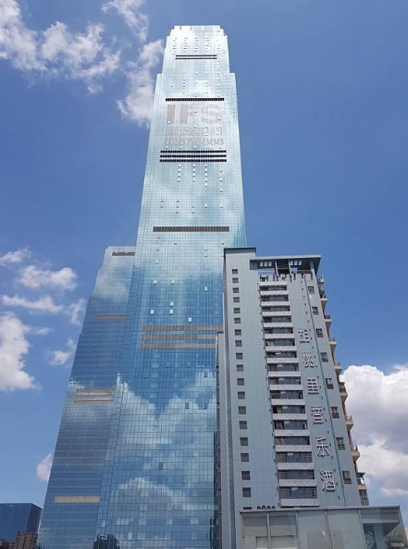 Pomyslnou bronzovou příčku co do výšky nově postavených budov zaujímá mrakodrap IFS Tower 1 nacházející se ve městě Čchang-ša v jihovýchodní části Číny