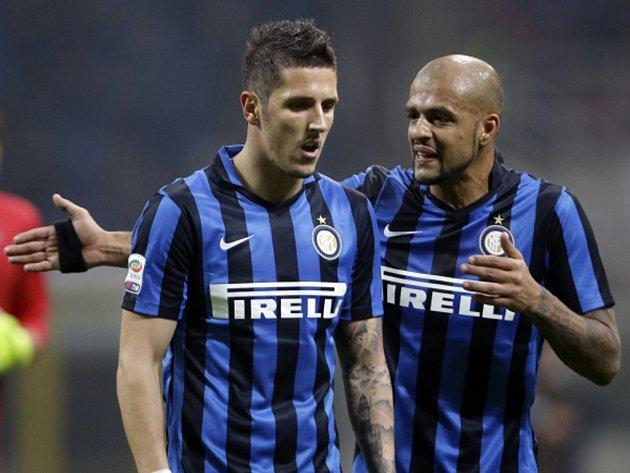 Fotbalisté Interu Milán Stevan Jovetič (vlevo) a Felipe Melo.