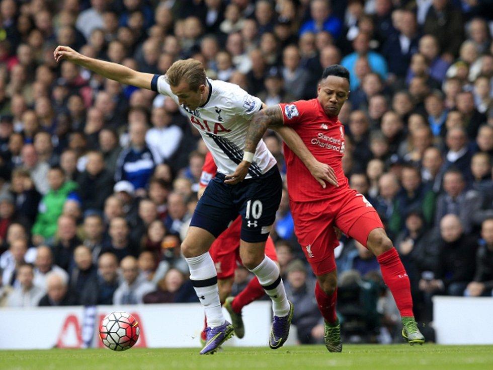 Harry Kane z Tottenhamu (vlevo) a Nathaniel Clyne z Liverpoolu.