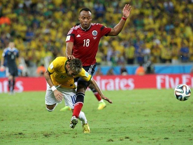 Juan Camilo Zúňiga z Kolumbie (vpravo) tvrdě naskočil do střelce Brazílie Neymara a kolenem mu zlomil obratel.