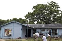 Geologové zkoumají kráter pod domem bratrů Bushů na Floridě