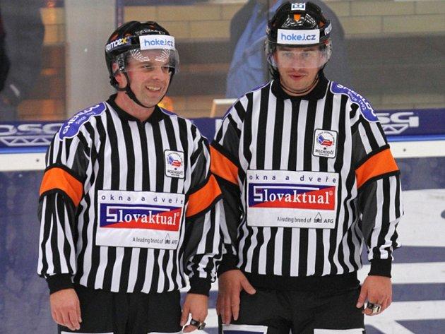 Hokejoví rozhodčí René Hradil (vlevo) a Roman Mrkva.