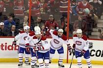 Kanonýr Montrealu Tomáš Plekanec (druhý zprava) slaví se spoluhráči gól proti Ottawě.