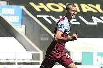 Fotbalista West Hamu Tomáš Souček se raduje ze svého gólu