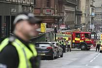 Vozidla bezpečnostních složek u místa incidentu v centru skotského Glasgow, kde útočník v hotelu ubodal tři lidi