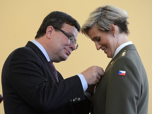 Ministr obrany Alexandr Vondra (vlevo) povýšil oštěpařku Barboru Špotákovou na kapitánku.