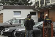 Policie uzavřela 25. října Hotel Lázně Kostelec u Zlína, který patří podnikateli Radkovi Březinovi, jenž je spojován s metanolovou aférou. Na snímku jsou policisté u domu Březinových.