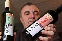 Jaroslav Procházka, ministr vnitra recesistické republiky Kraví Hora vinařů z Bořetic na Břeclavsku, ukazuje 2. února vína, která chtějí poslat ministru financí Miroslavu Kalouskovi jako okamžitou reakci na diskutované zavedení daně z vína.