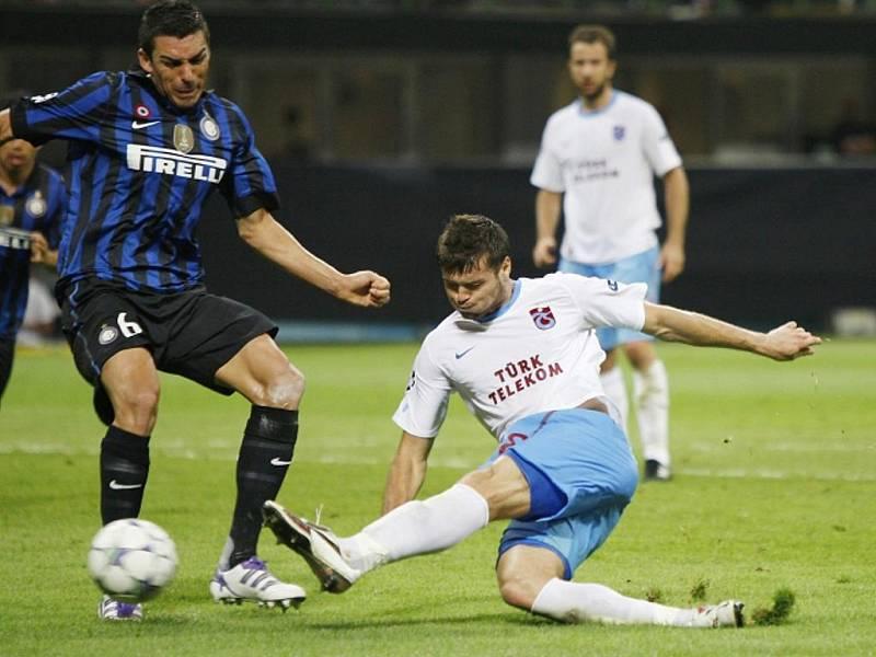 Obránce Trabzonsporu Ondřej Čelůstka (vpravo) střílí gól proti Interu Milán.
