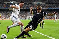 Kanonýr Realu Madrid Cristiano Ronaldo (vlevo) a Michael Dawson z Tottenhamu.